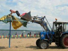 Отдыхающие на главном пляже Анапы от камеры не уйдут.